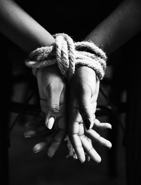 Mãos, amarrado, com, corda, ao redor Foto gratuita