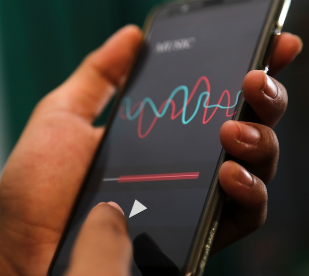 Mãos atraentes tocando app de música em um telefone inteligente Foto Premium