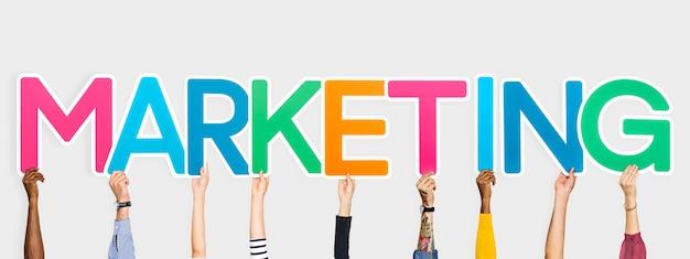 Mãos, atrasando, colorido, letras, formando, a, palavra, marketing Foto gratuita