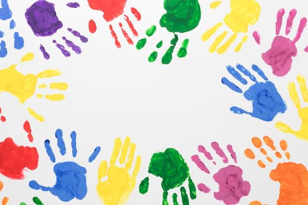 Mãos coloridas em fundo branco com espaço de cópia Foto gratuita