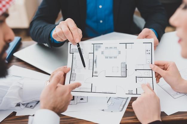 Mãos, com, casa, plano, bens imóveis, escritório, conceito Foto Premium