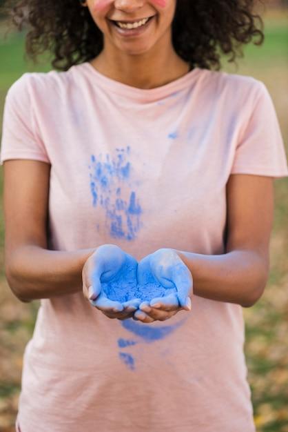 Mãos com close-up de pó azul Foto gratuita