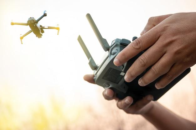 Mãos com controle remoto do zangão fora. Foto Premium