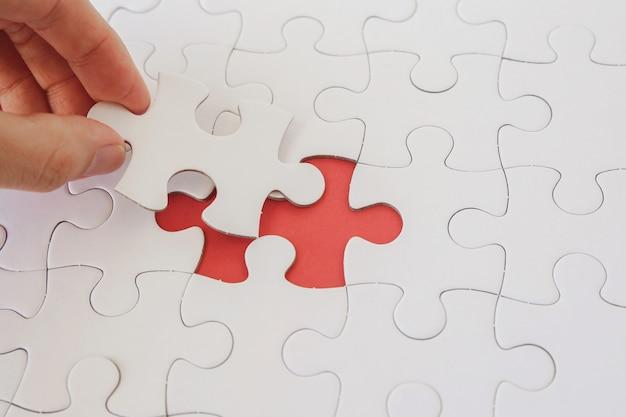 Mãos, com, jigsaw, quebra-cabeça, pedaços, estratégia negócio, planificação Foto Premium
