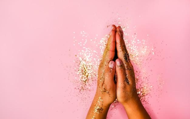 Mãos com manicure rosa. Foto Premium