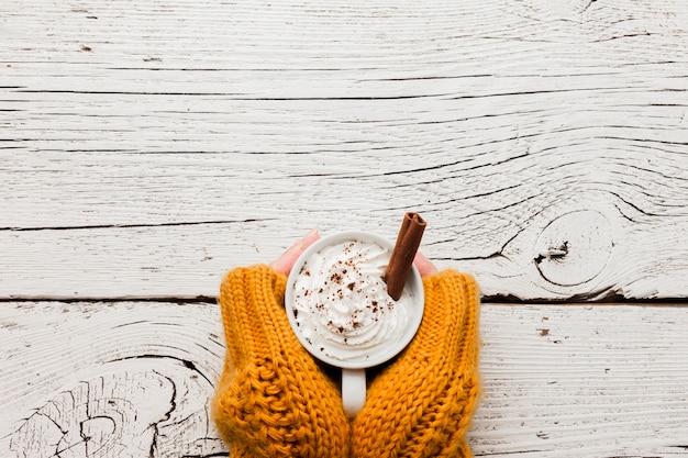 Mãos com uma xícara de café e cópia-espaço Foto gratuita