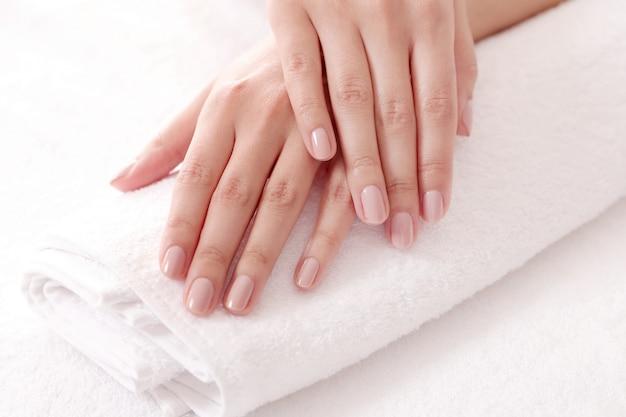 Mãos com unhas bonitas. conceito de aliciamento e manicure Foto gratuita