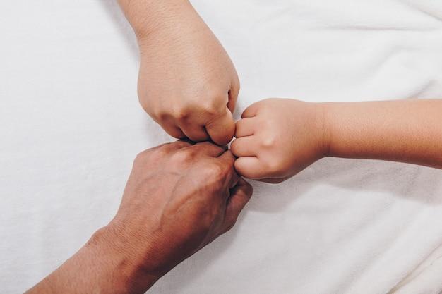 Mãos da família, um bebê, uma filha, uma mãe e um pai. Foto Premium