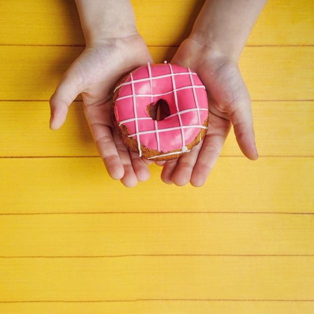 Mãos das crianças que guardam a sobremesa doce da filhós. Foto Premium