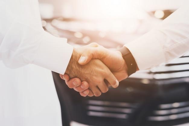 Mãos de acordo de aperto de mão do cliente árabe e distribuidor. Foto Premium