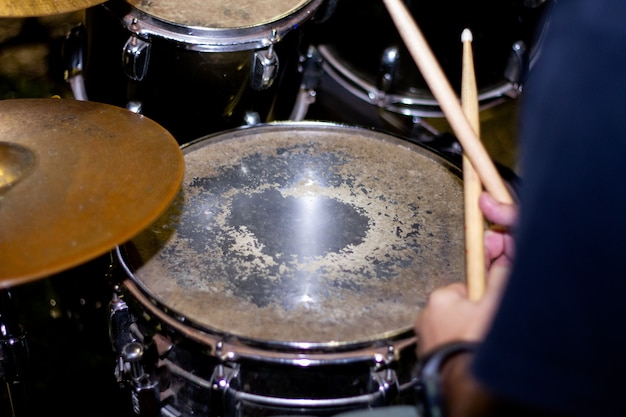 Mãos, de, baterista, com, varas, e, tambores, close-up Foto Premium