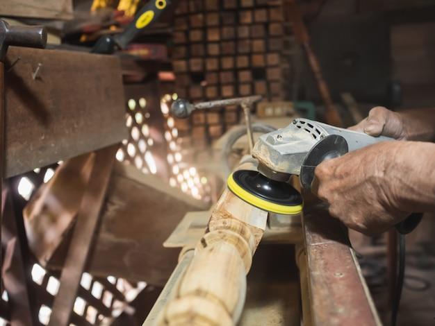 Mãos, de, carpinteiro, torneado, madeira, ligado, torno Foto Premium