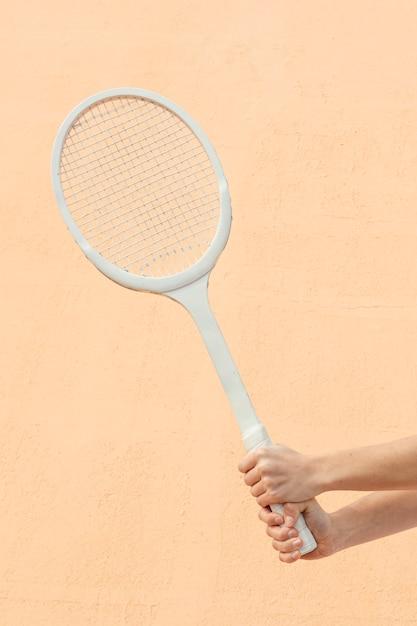 Mãos de close-up com raquete de tênis Foto gratuita