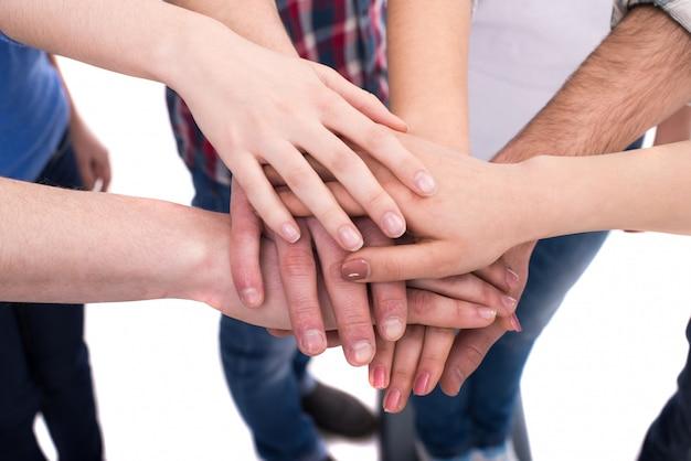 Mãos de close-up de um grupo de pessoas. Foto Premium