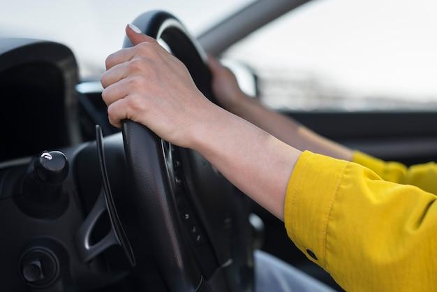 Mãos de close-up no volante Foto gratuita