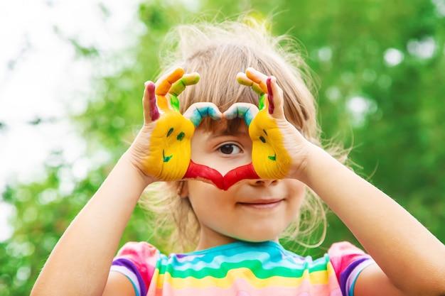 Mãos de crianças em cores. foto de verão. foco seletivo. Foto Premium