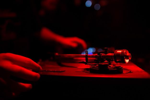 Mãos de dj Foto gratuita
