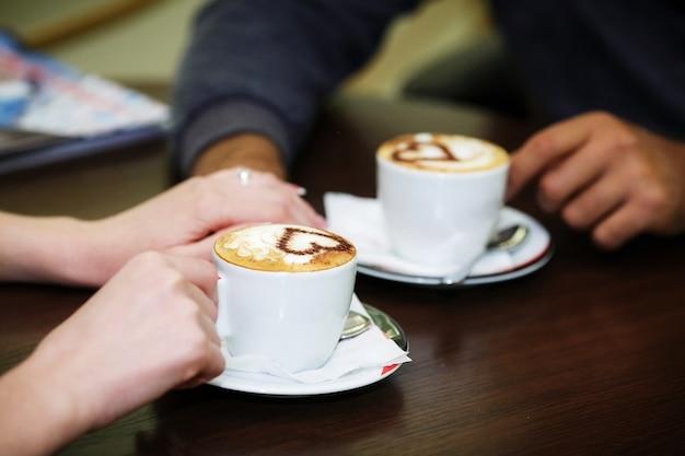 Mãos de homem e mulher. Foto Premium