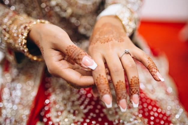 Mãos de mehndi da noiva Foto gratuita