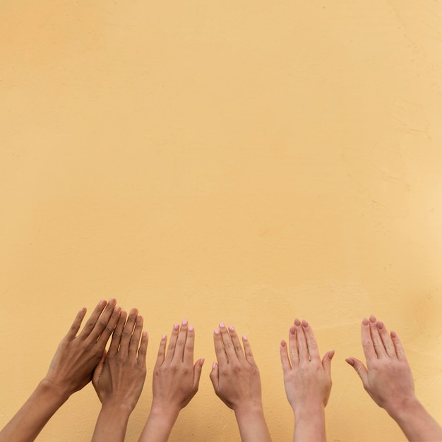 Mãos de meninas de diferentes etnias com espaço de cópia Foto gratuita