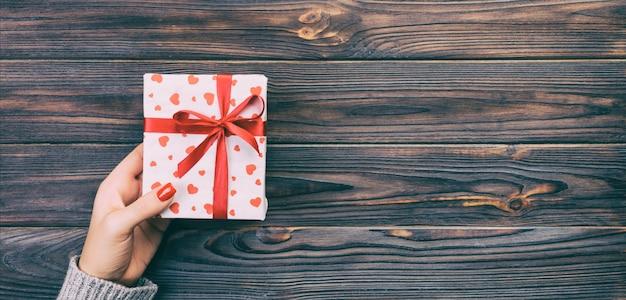 Mãos de mulher dão presente artesanal Foto Premium