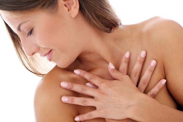 Mãos de mulher jovem do corpo Foto gratuita