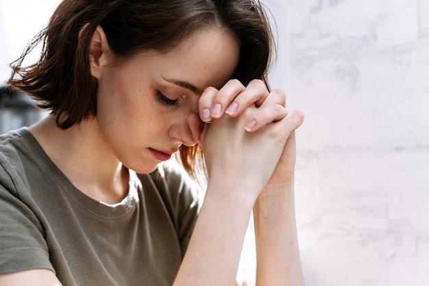 Mãos de mulher orando a deus. Foto Premium