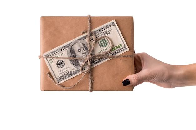 Mãos, de, mulher segura, caixa presente, com, 100 dólar, conta Foto Premium