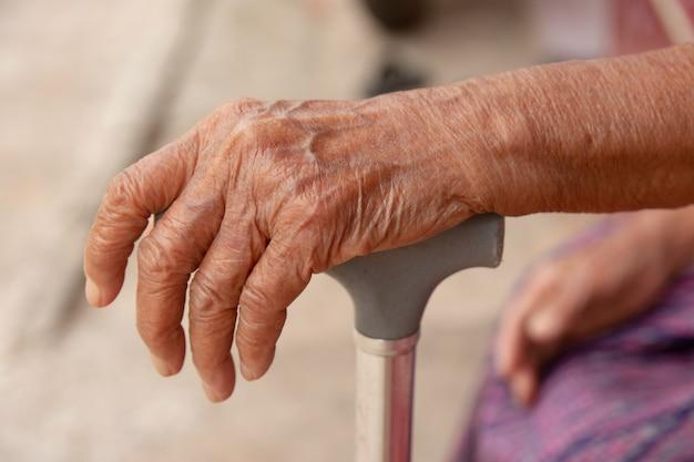 Mãos, de, mulher velha, ásia, com, um, cana bengala Foto Premium