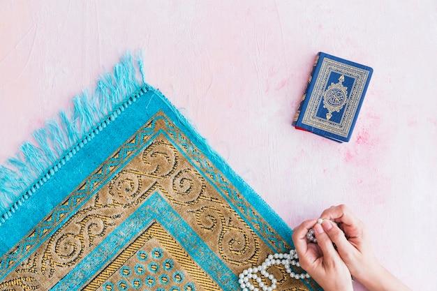 Mãos de oração com miçangas Foto gratuita