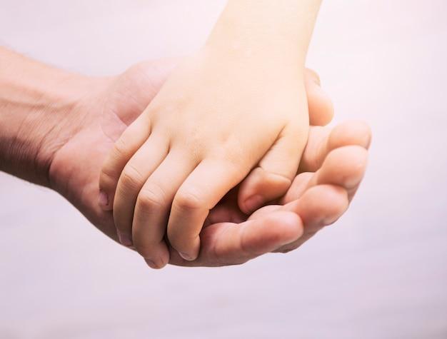 Mãos de pai e filho Foto gratuita