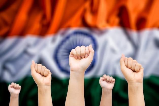 Mãos de pessoas com bandeira nacional da índia Foto Premium
