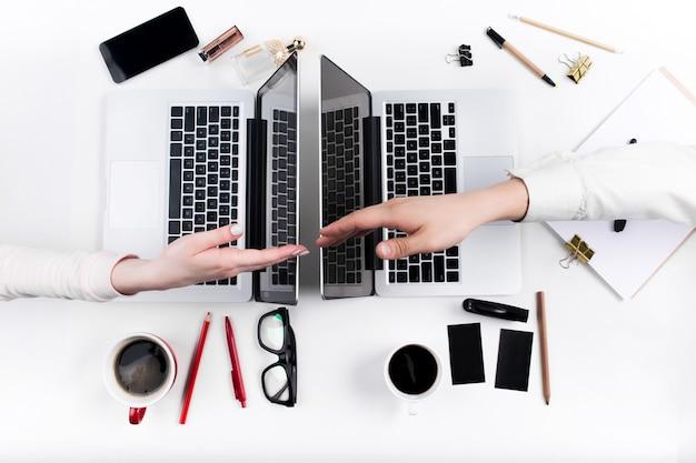 Mãos de pessoas que trabalham no escritório. tecnologia. Foto gratuita