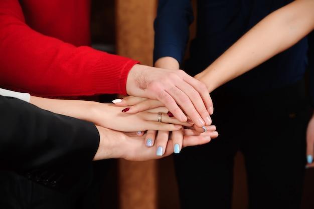 Mãos de pilha de equipe de negócios Foto Premium