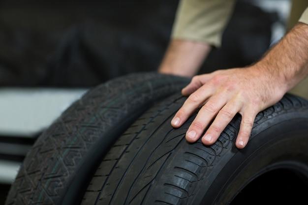 Mãos de pneus tocar mecânico Foto gratuita