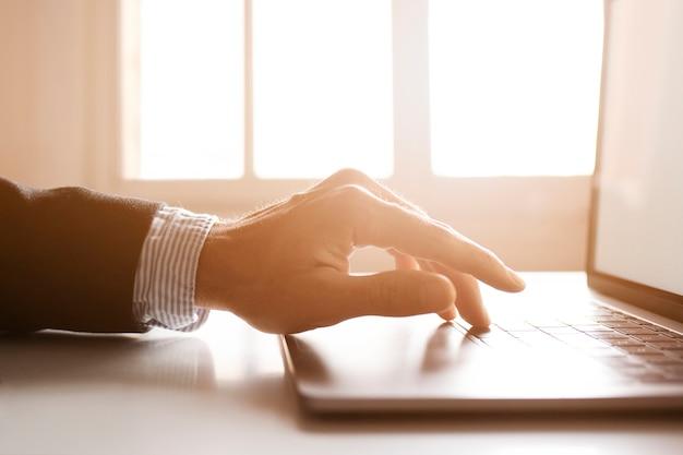 Mãos de um empresário usando laptop na internet Foto gratuita