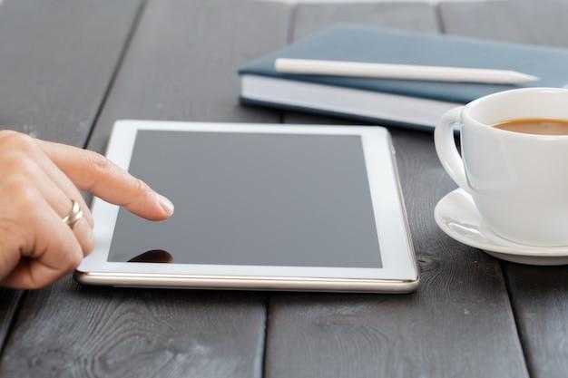 Mãos, de, um, homem, segurando, em branco, tabuleta, dispositivo, sobre, um, madeira, workspace, tabela Foto Premium