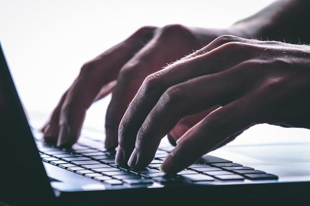 Mãos digitando no teclado do computador. estilo moderno Foto Premium