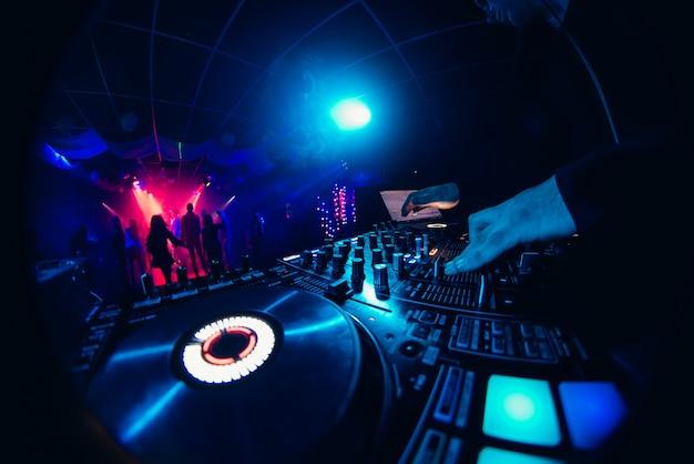 Mãos do dj no mixer Foto Premium