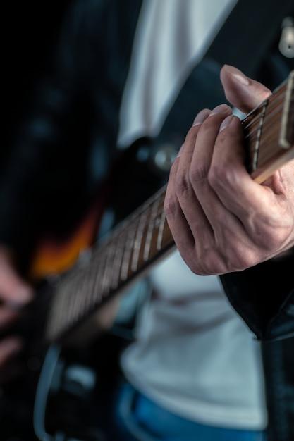Mãos do guitarrista e cordas da guitarra fechadas Foto Premium