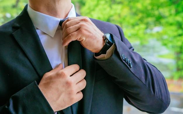 Mãos do noivo do casamento se preparando na mão do noivo noiva do noivo se preparando para o casamento Foto Premium