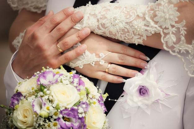 Mãos, e, anéis, ligado, buquê casamento Foto Premium
