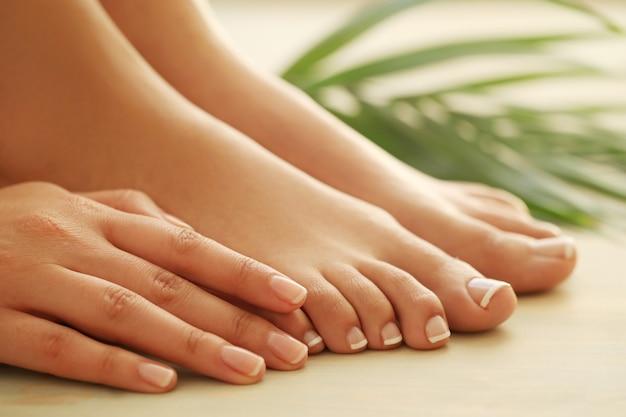 Mãos e pés de mulher Foto gratuita
