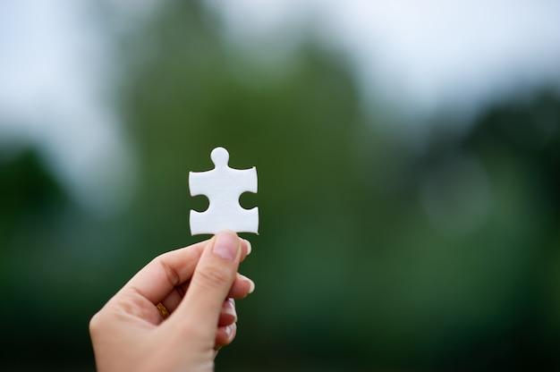 Mãos e quebra-cabeças, peças importantes do trabalho em equipe conceito de trabalho em equipe Foto Premium