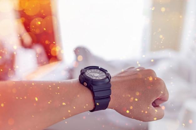 Mãos e relógios pretos de jovens Foto Premium