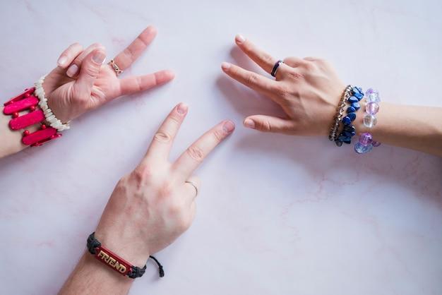 Mãos, fazendo sinal paz Foto gratuita