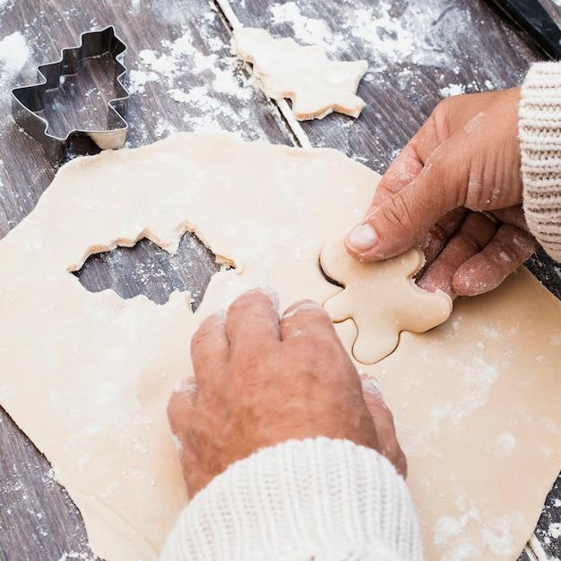 Mãos, fazer, homem, dado forma, biscoito, de, pastelaria Foto gratuita