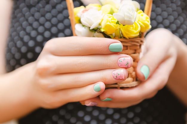 Mãos femininas com design de unhas roxo claro Foto Premium