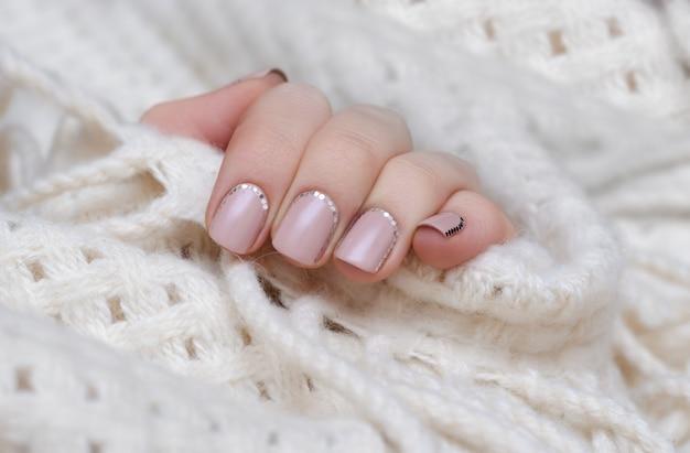 Mãos femininas com unha rosa Foto Premium