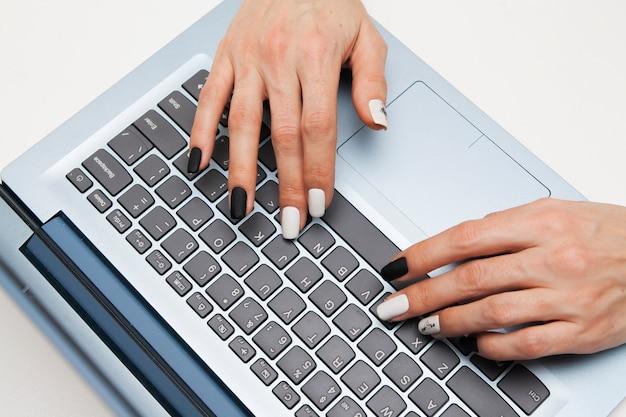 Mãos femininas no teclado Foto Premium